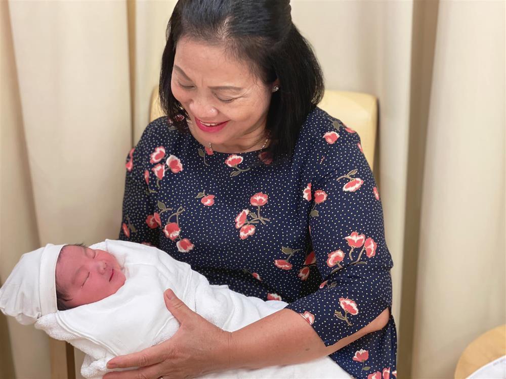 Con trai Hòa Minzy bên bà nội quyền lực, được cưng hết nấc-1