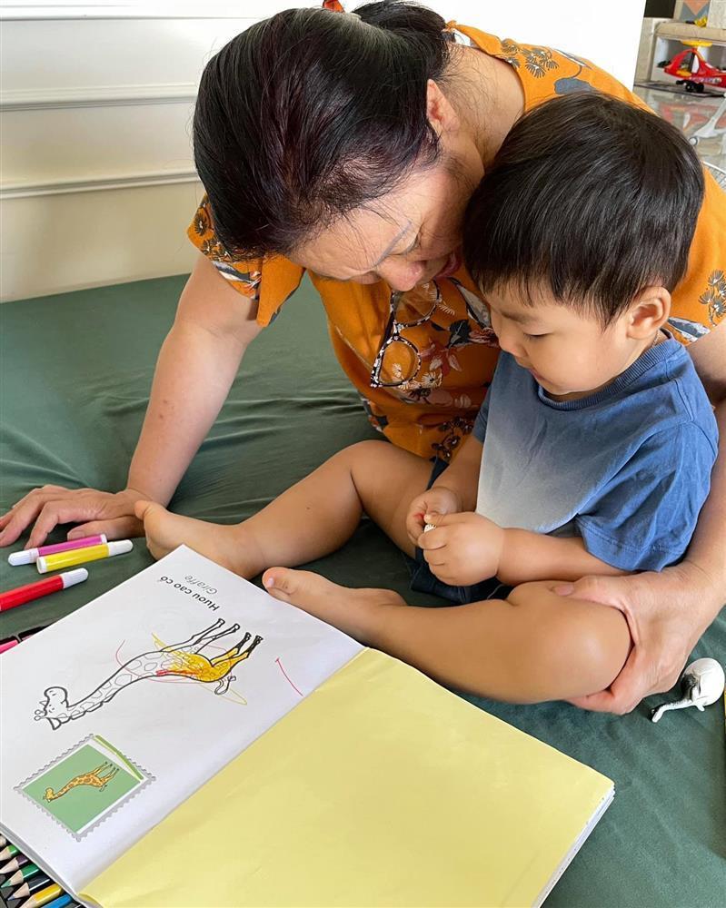 Con trai Hòa Minzy bên bà nội quyền lực, được cưng hết nấc-4