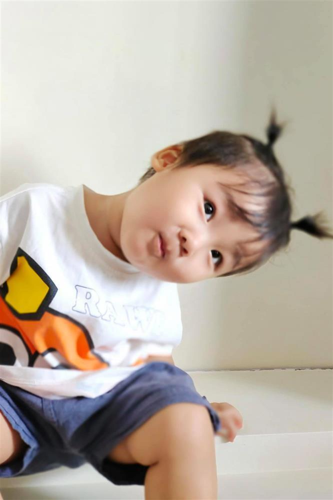 Con trai Hòa Minzy bên bà nội quyền lực, được cưng hết nấc-9