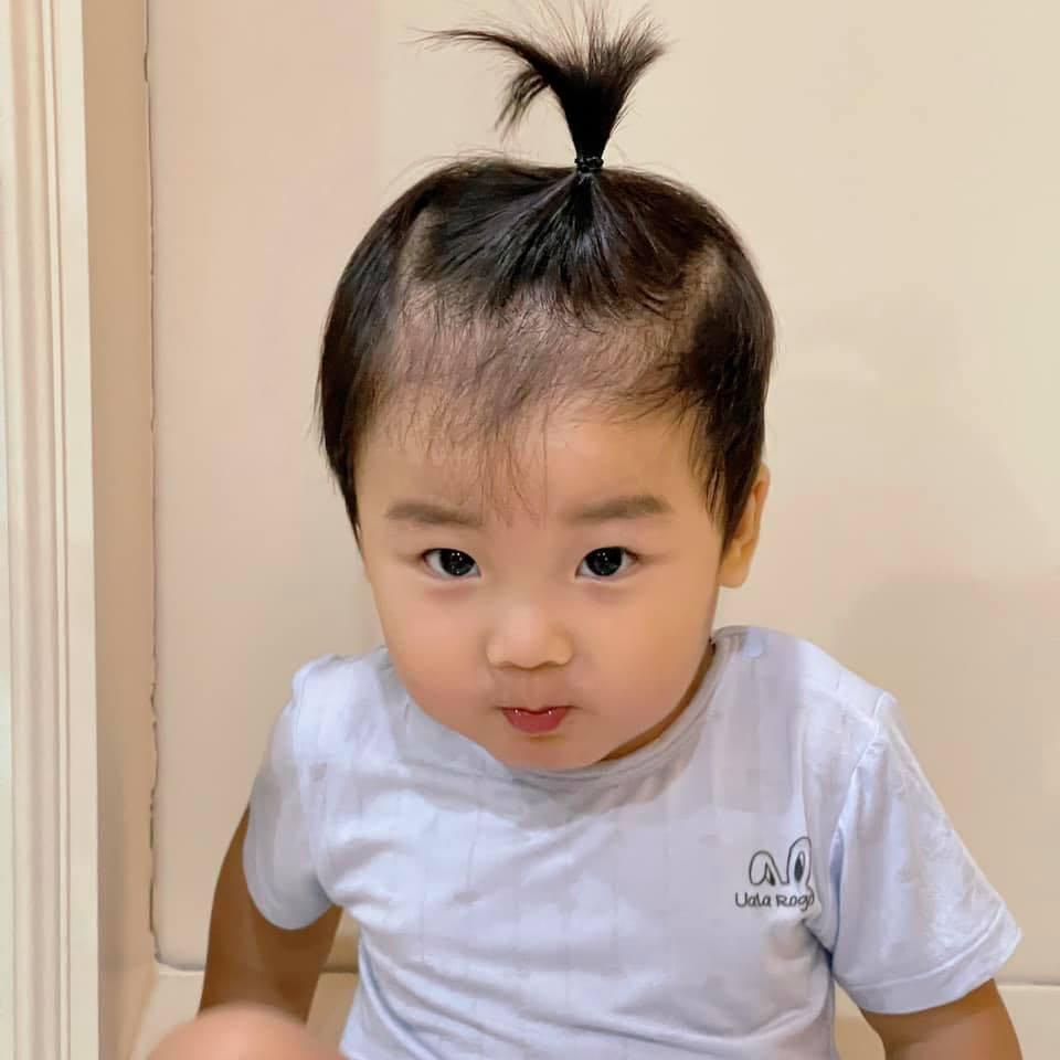 Con trai Hòa Minzy bên bà nội quyền lực, được cưng hết nấc-10