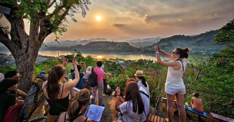 Khách du lịch ngắm cảnh ở núi Mount Phousi thuộc thành phố cổ nổi tiếng Luang Prabang của Lào. (Nguồn: laoair)