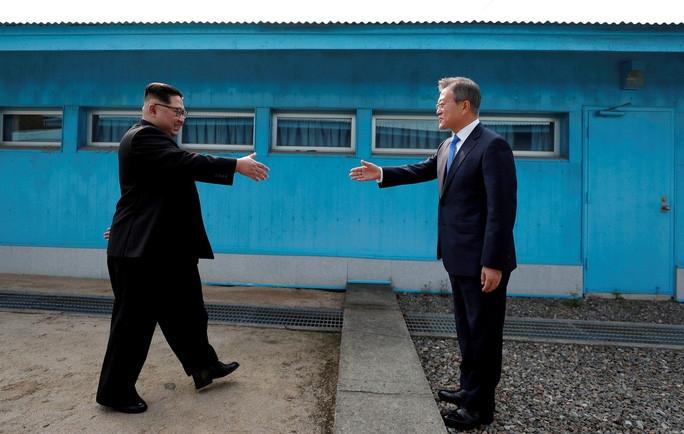 Tổng thống Hàn Quốc và nhà lãnh đạo Triều Tiên gặp nhau tại làng đình chiến Panmunjom ngày 27/4/2018. (Nguồn: Reuters)