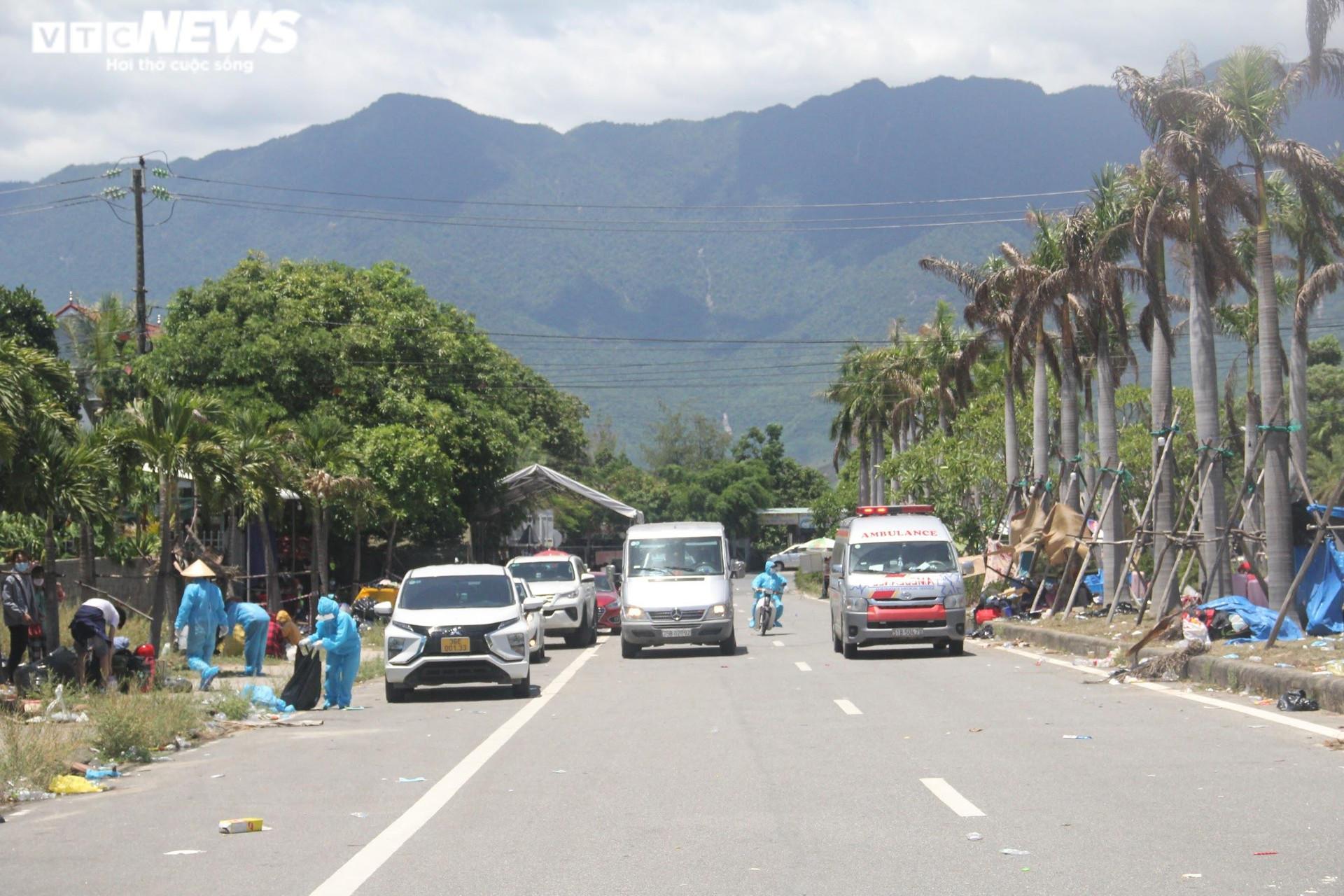 Ảnh: Dân vùng dịch ùn ùn đi xe máy về quê, 'vạ vật' tại các chốt kiểm soát ở Huế - 6