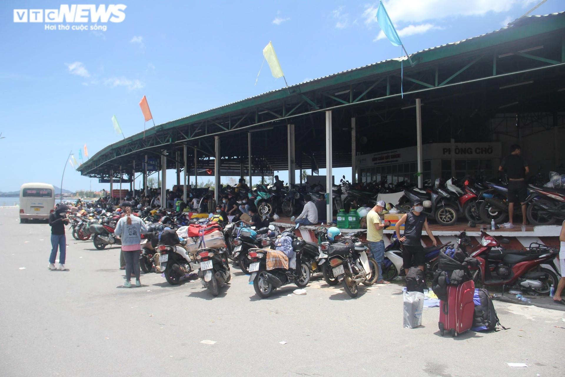 Ảnh: Dân vùng dịch ùn ùn đi xe máy về quê, 'vạ vật' tại các chốt kiểm soát ở Huế - 1