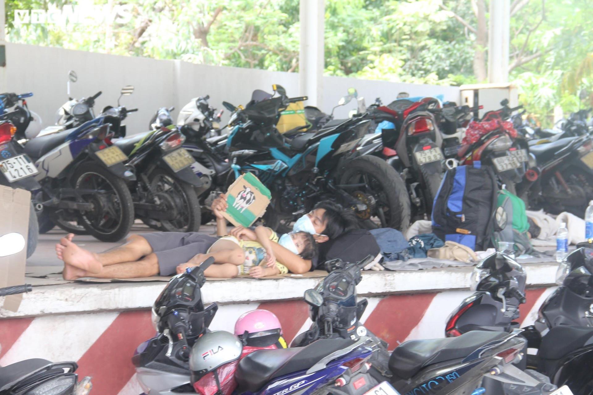 Ảnh: Dân vùng dịch ùn ùn đi xe máy về quê, 'vạ vật' tại các chốt kiểm soát ở Huế - 12