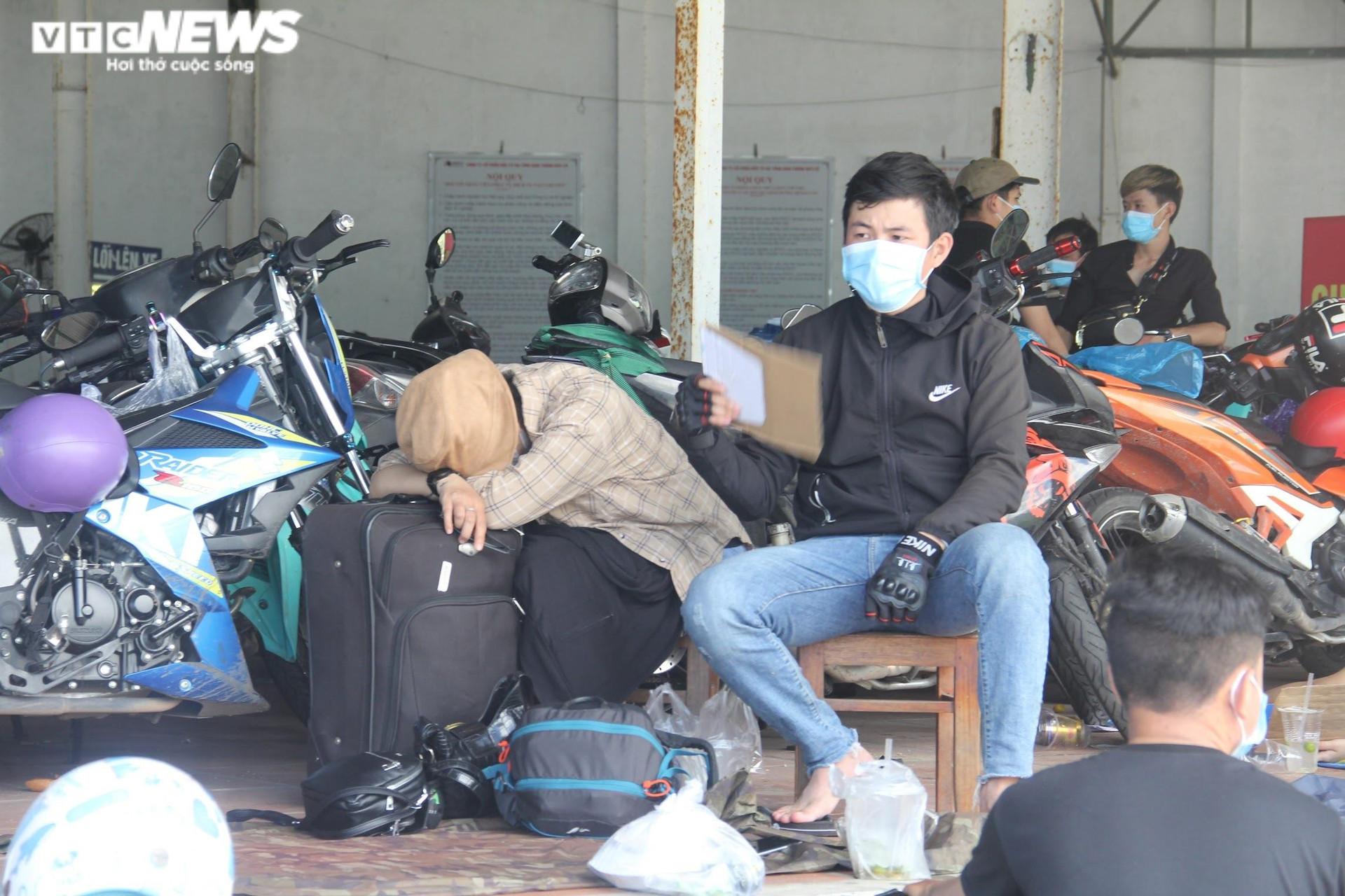 Ảnh: Dân vùng dịch ùn ùn đi xe máy về quê, 'vạ vật' tại các chốt kiểm soát ở Huế - 13