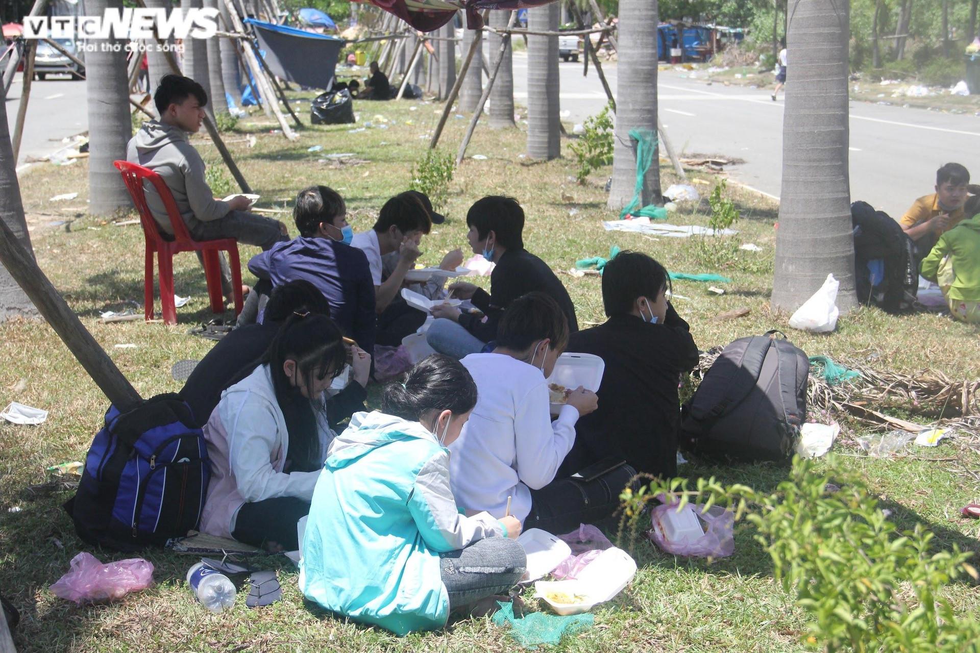 Ảnh: Dân vùng dịch ùn ùn đi xe máy về quê, 'vạ vật' tại các chốt kiểm soát ở Huế - 7