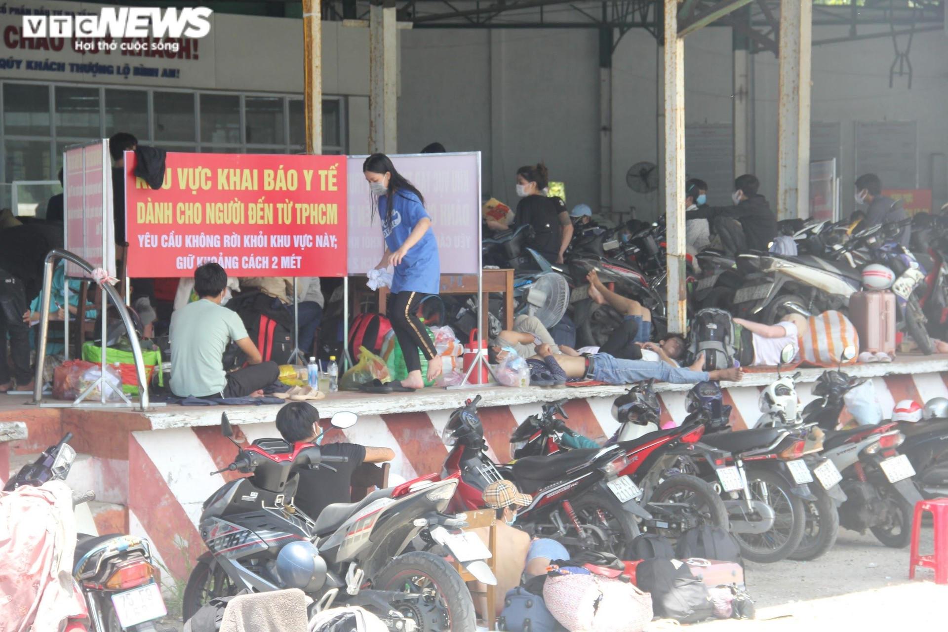 Ảnh: Dân vùng dịch ùn ùn đi xe máy về quê, 'vạ vật' tại các chốt kiểm soát ở Huế - 5