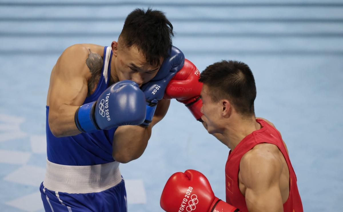 Văn Đương (áo đỏ) có những phút thi đấu nỗ lực nhưng không thể gây bất ngờ trước võ sĩErdenebat Tsendbaatar (Mông Cổ), người đang giữ HCV ASIAD. Cả 5 trọng tài đều chấmTsendbaatar điểm số cao hơn. (Ảnh: Reuters).