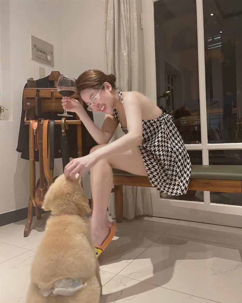 Trâm Anh trêu chó mà khiến người xem thót tim vì chỉ sợ lộ hàng-1