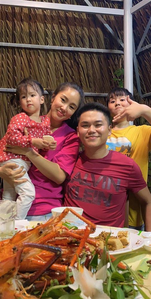 Lê Phương bị chất vấn không đeo nhẫn cưới với chồng trẻ-3