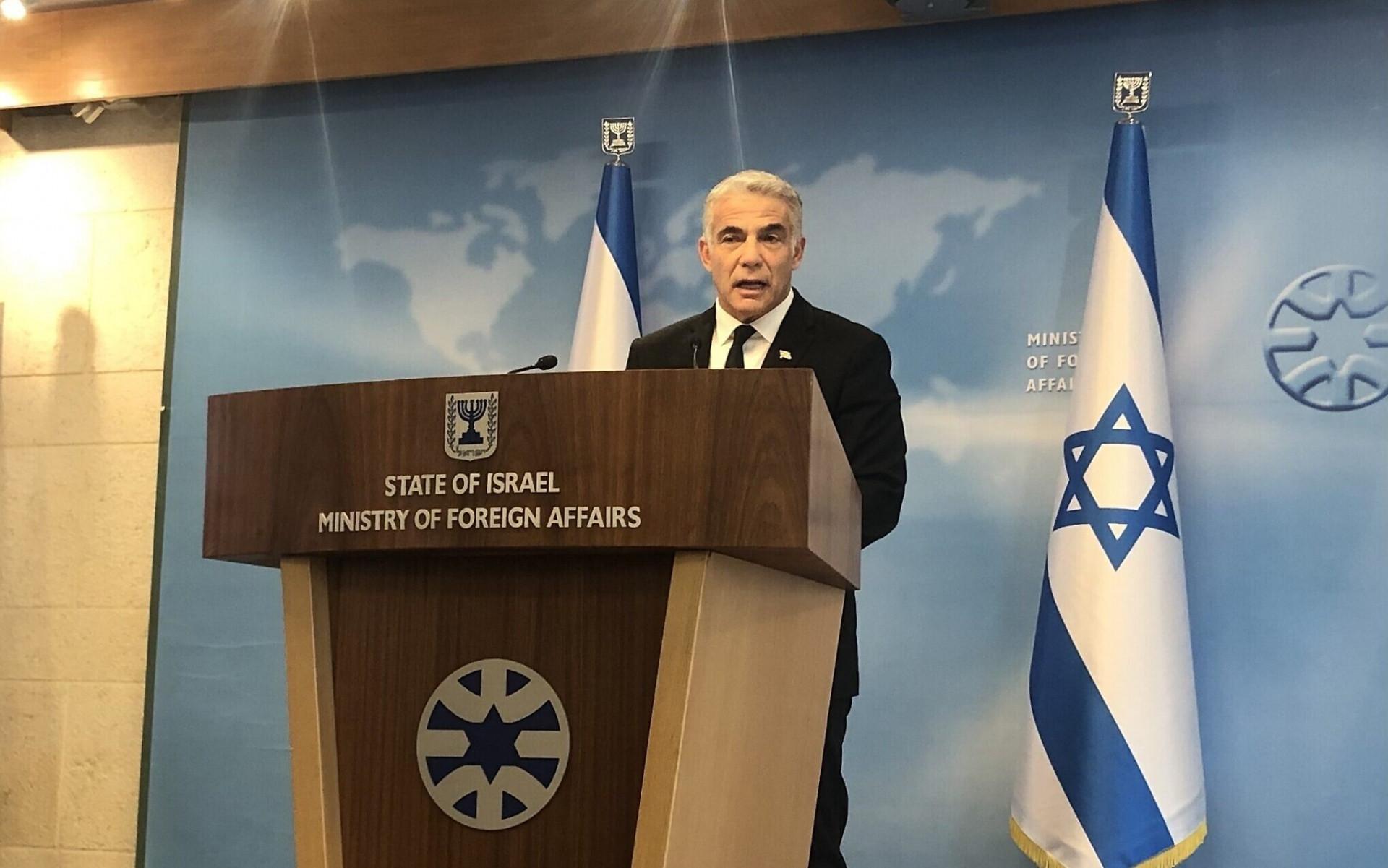 Ngoại trưởng Israel Yair Lapid phát biểu tại cuộc họp báo ở Bộ Ngoại giao, ngày 25/7. (Nguồn: Times of Israel)