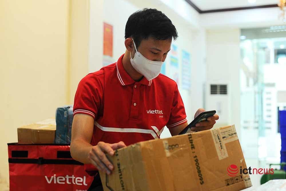 Nhiều doanh nghiệp bưu chính tham gia vận chuyển hàng thiết yếu tới các địa phương giãn cách