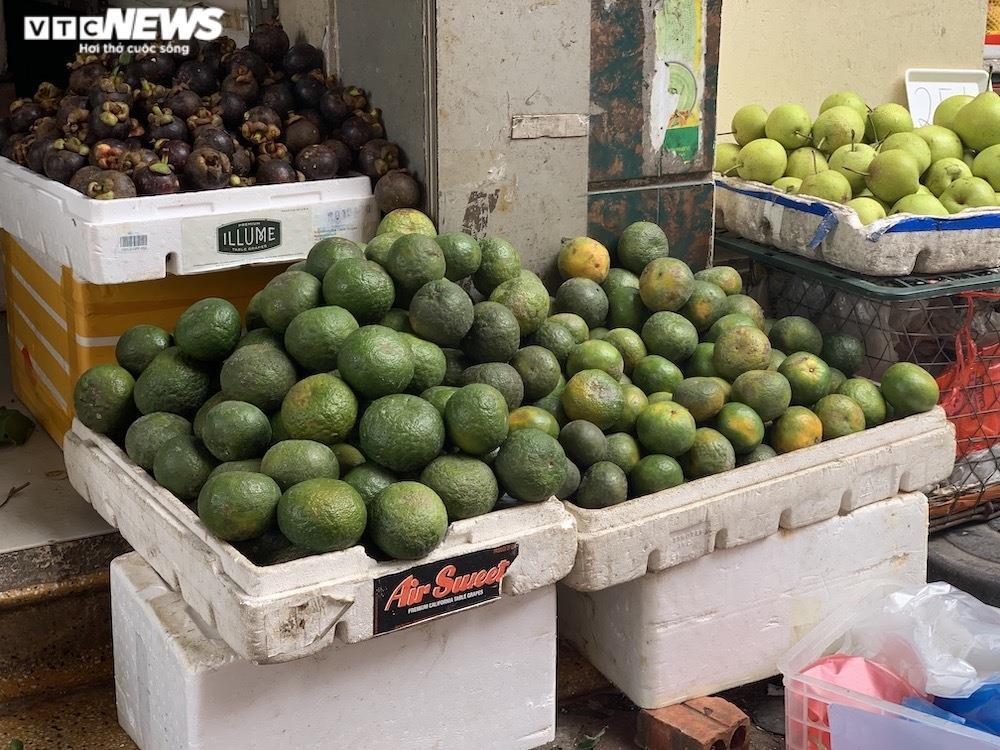 Hoa quả tươi đắt khách, cam tăng tới chục giá ở nhiều chợ Hà Nội - 8
