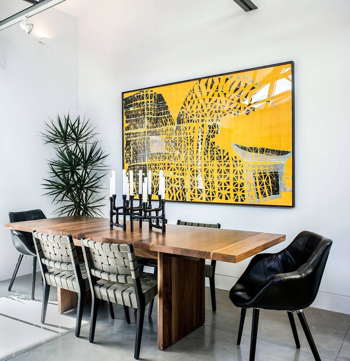Một bức tranh màu vàng tươi giúp phòng ăn thêm phần sức sống và tràn đầy năng lượng hơn.