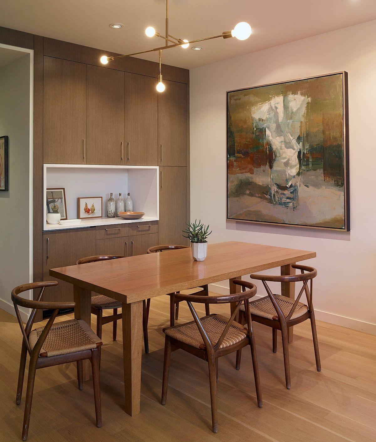 Phòng ăn với những chiếc bàn ghế gỗ tạo nên sự mộc mạc, gần gũi.