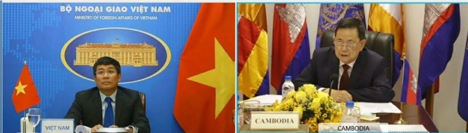 Thứ trưởng Ngoại giao Phạm Minh Vũ và Bộ trưởng Var Kim Hong trao đổi về công tác biên giới đất liền giữa hai nước. Ảnh: BNG