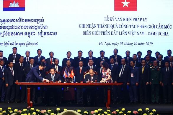 Thủ tướng Nguyễn Xuân Phúc và Thủ tướng Campuchia Hun Sen ký kết văn kiện pháp lý ghi nhận thành quả công tác phân giới cắm mốc biên giới trên đất liền Việt Nam - Campuchia - Ảnh: NGUYỄN KHÁNH
