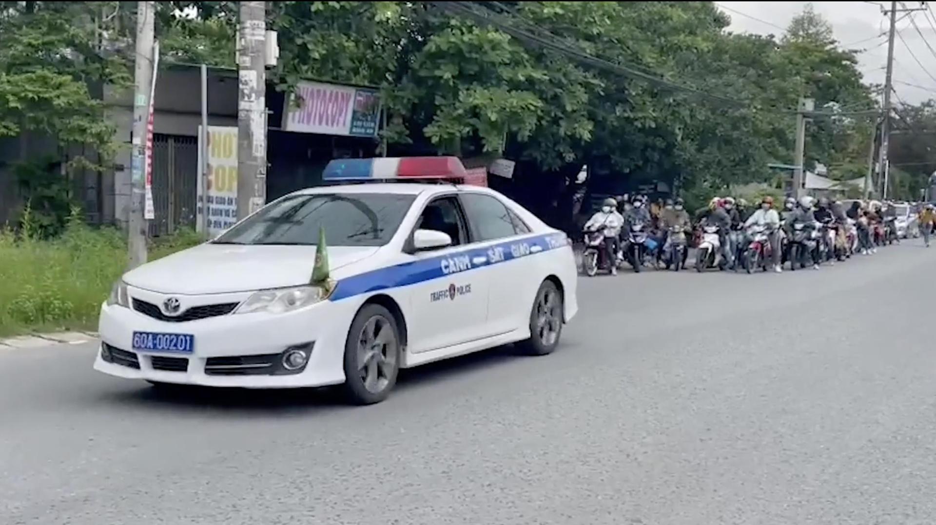 CSGT Đồng Nai dẫn đường cho gần 1.000 công nhân về quê - 1
