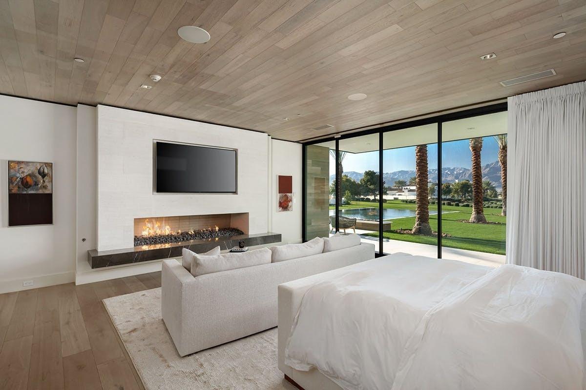 Mỗi phòng ngủ đều được thiết kế mangđến cảm giác thoáng đãng, sạch sẽ.Cửa kính rộng giúp căn phòng có tầm nhìn đẹp mắt ra phía xa.