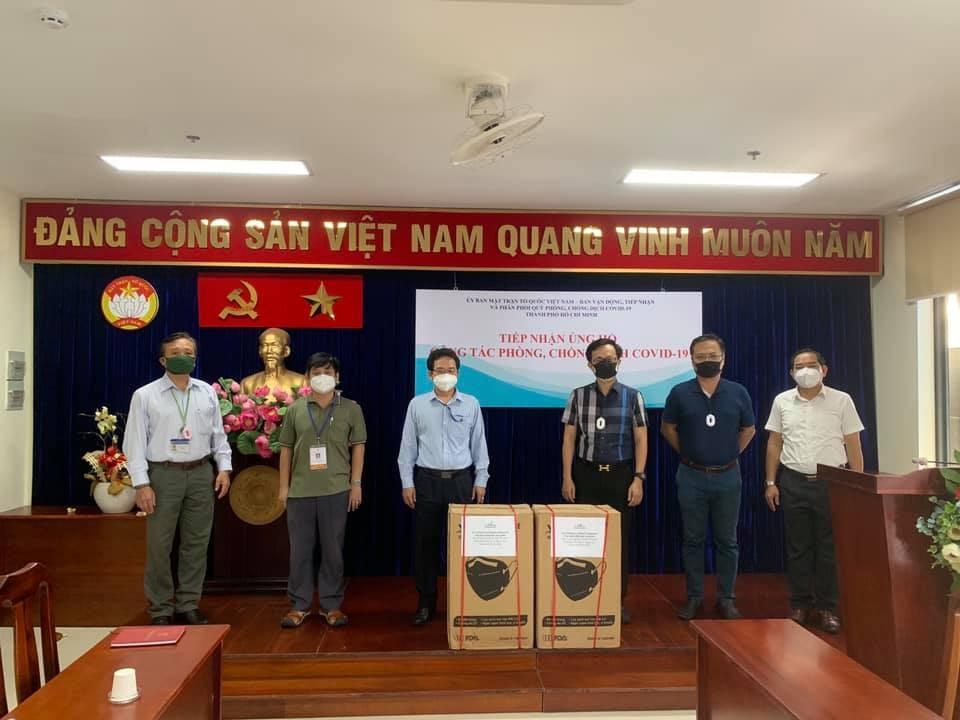 Quỹ thiện nguyện Steve Bùi và những người bạn trao tặng 30.000 khẩu trang y tế N95 cho TP.HCM