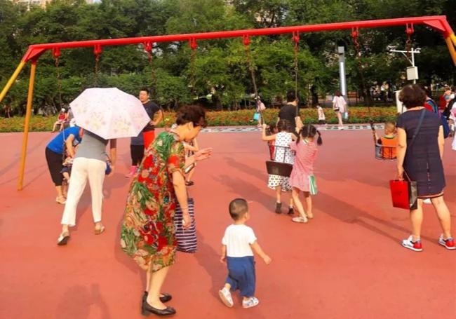 Con gái chiếm xích đu ở công viên không cho bạn chơi cùng, 3 người mẹ có cách xử lý khác nhau, dân mạng tranh cãi ai mới đúng?-1