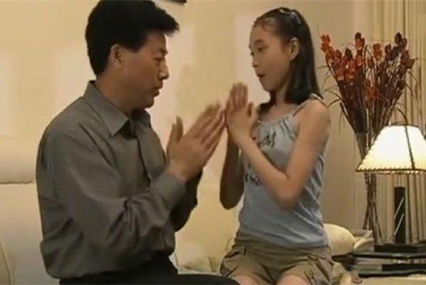 Mẹ la mắng khi thấy con gái 10 tuổi ngồi trên đùi bố vô tư đùa giỡn, tuy nhiên phản ứng của người mẹ lại bị chỉ trích là cực đoan-1