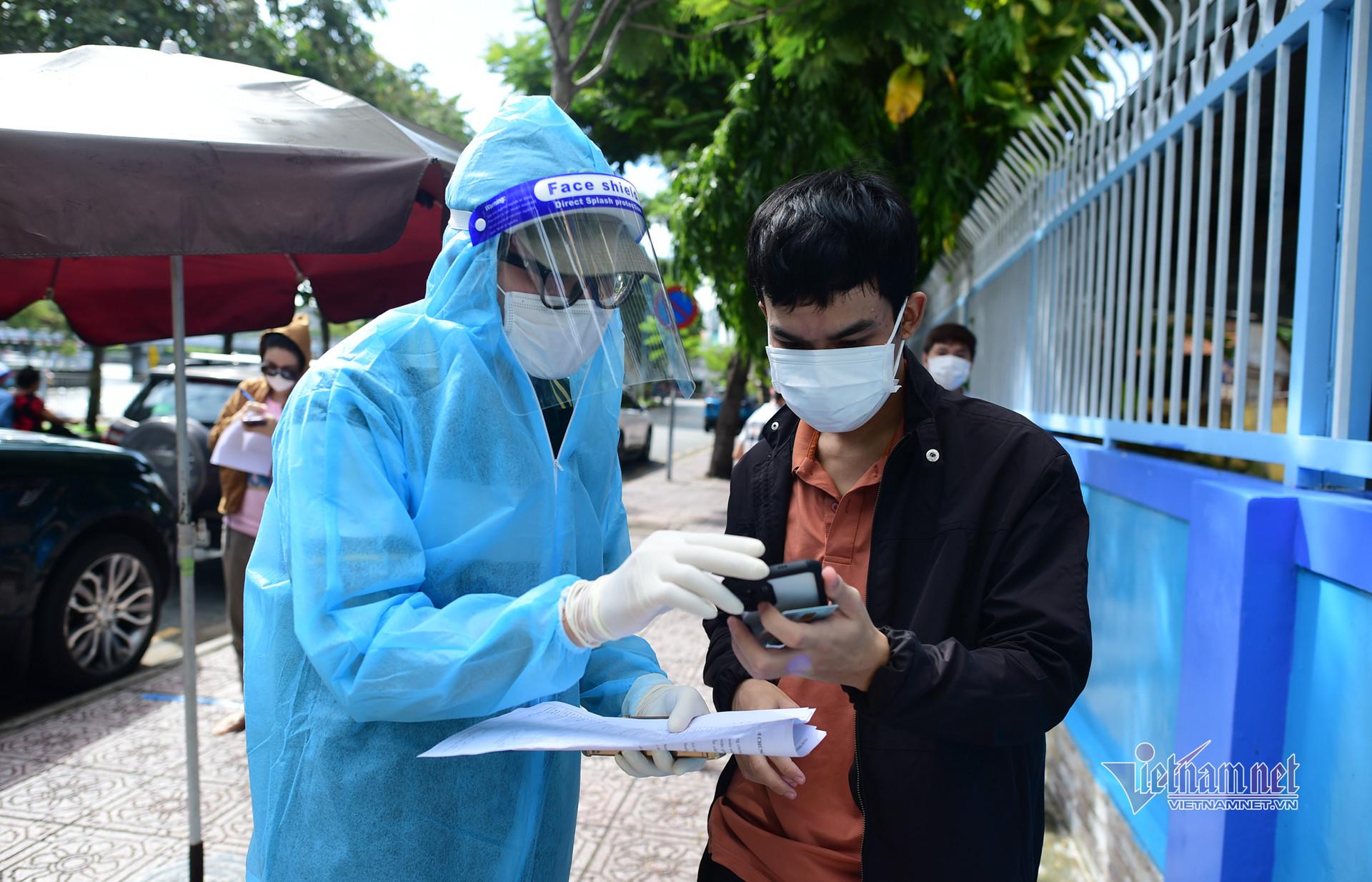 Người dân TP.HCM xếp hàng trật tự chờ tiêm vắc xin Covid-19