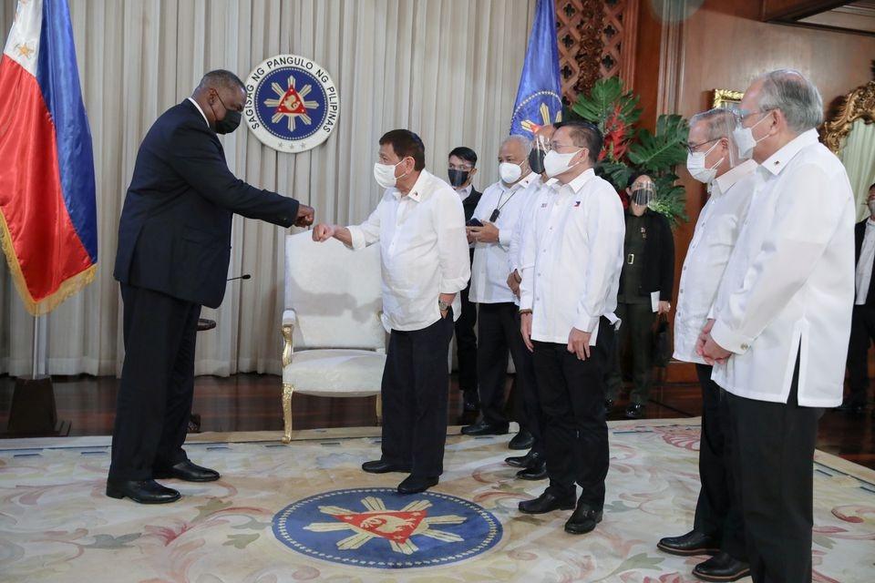 Cuộc gặp giữa Tổng thống Philippines Rodrigo Dudeter với Bộ trưởng Quốc phòng Mỹ Lloyd Austin kéo dài 1 giờ 15 phút tối 29/7. (Nguồn: Reuters)