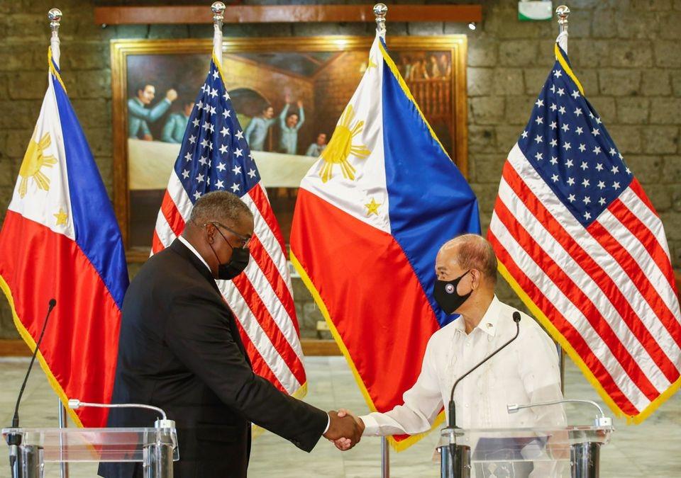 Bộ trưởng Quốc phòng Mỹ Lloyd Austin và Bộ trưởng Quốc phòng Philippines Delfin Lorenzana  sau cuộc gặp song phương tại Camp Aguinaldo, Quezon City, Metro Manila ngày 30/7. (Nguồn: Reuters)