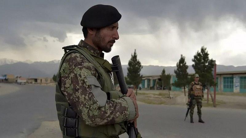 Binh sỹ Afghanistan đứng gác tại một chốt kiểm tra gần căn cứ quân sự Bagram phía Bắc Kabul.
