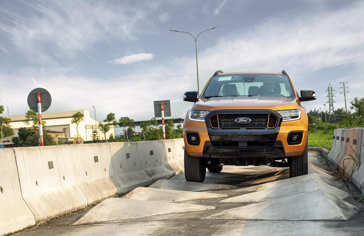 Ford Ranger chạy thử trên đường mấp mô