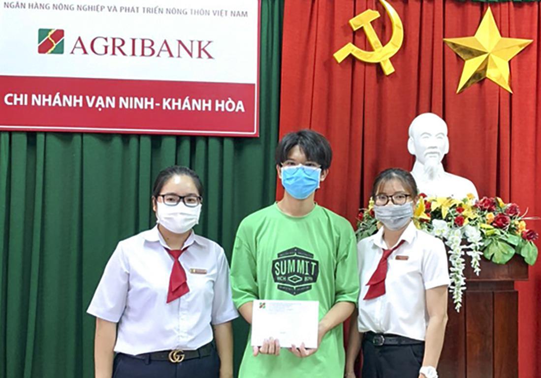 Cậu bé bán trà sữa trở thành thủ khoa tốt nghiệp của tỉnh Khánh Hòa - 1