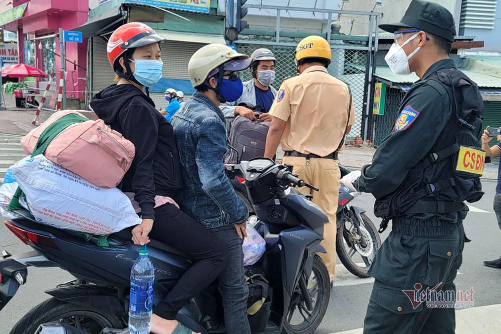 TP.HCM lập chốt khắp các cửa ngõ, vận động người chạy xe về quê ở lại