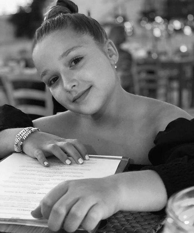 Beckham bị chỉ trích vì để con gái mặc đầm hở hang quá đà-1