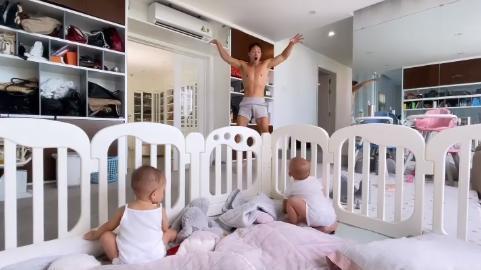 Bố bỉm Kim Lý xuống sắc chóng mặt từ khi có cặp sinh đôi Lisa - Leon-8