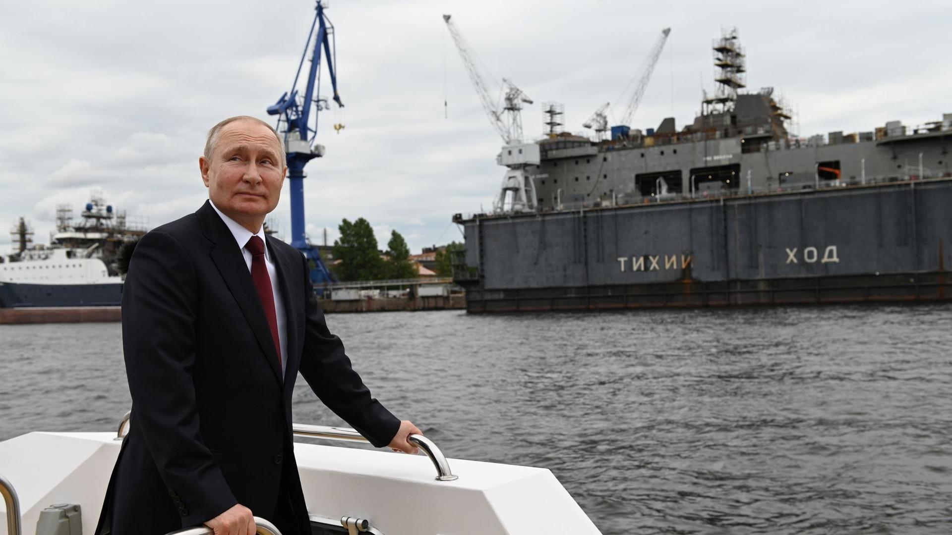 Tổng thống Nga Vladimir Putin tại buổi duyệt binh kỷ niệm 325 năm ngày thành lập Hải quân Nga. (Nguồn: TASS)