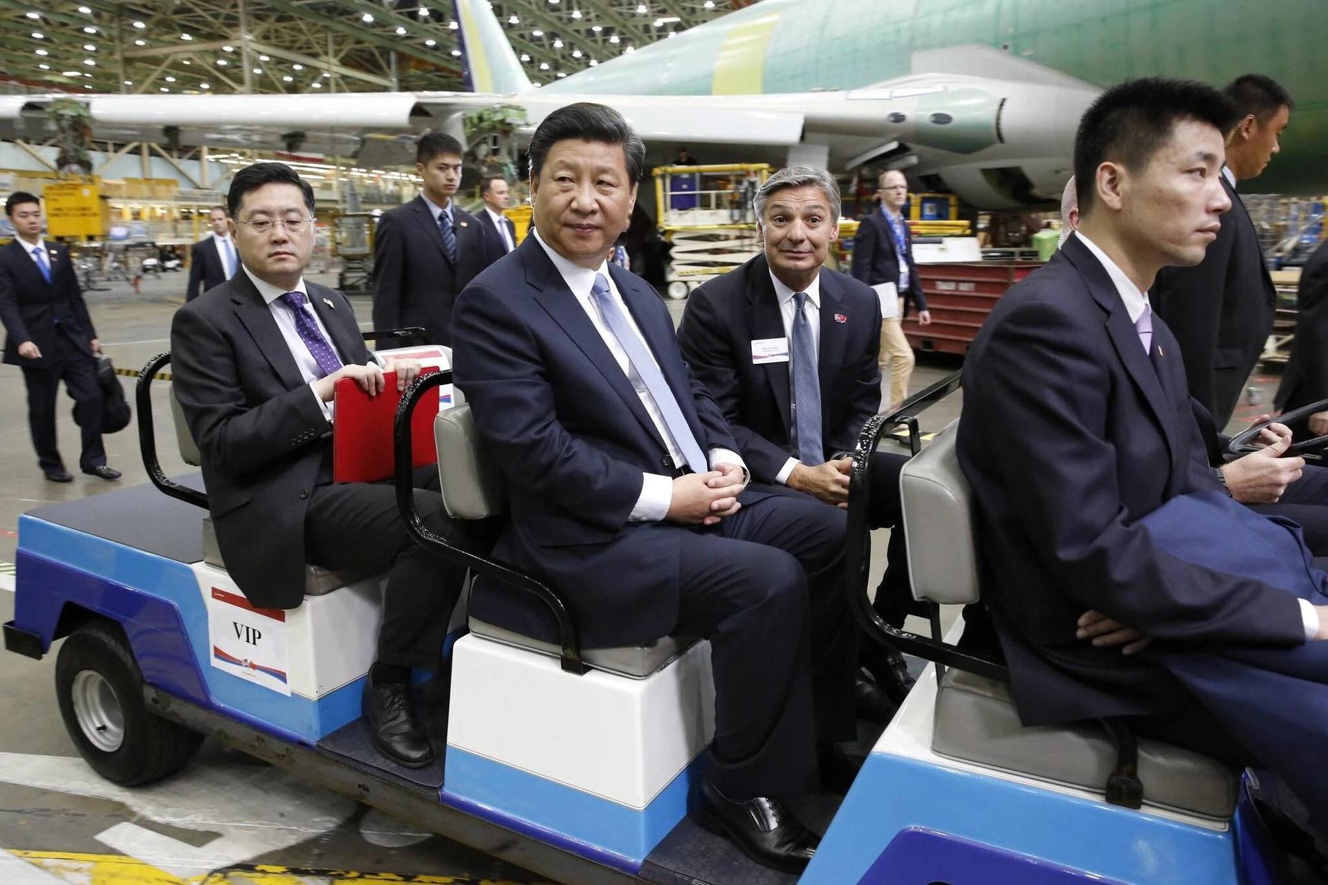 Đại sứ Trung Quốc tại Mỹ Tần Cương tháp tùng Chủ tịch Tập Cận Bình trong chuyến thăm Mỹ năm 2015. (Nguồn: New York Times)