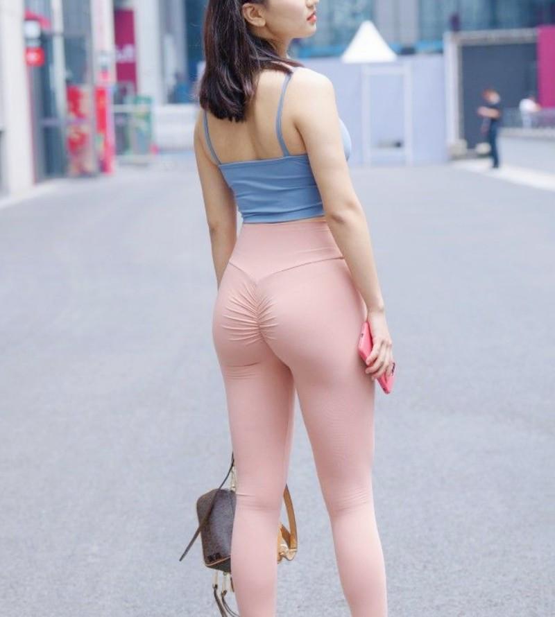 Cô gái mặc quần legging ánh màu cầu vồng bị chê vô duyên vì lý do này - 10