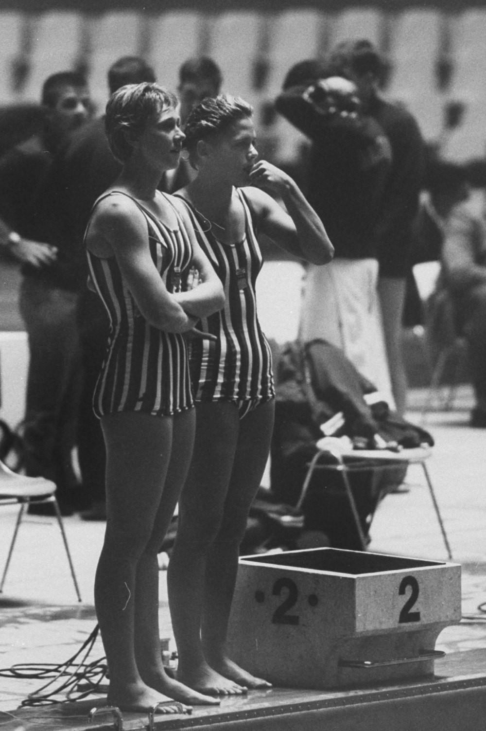 Đồ bơi tại Olympic từng may bằng vải xuyên thấu, trở nên trong suốt dưới nước - 4