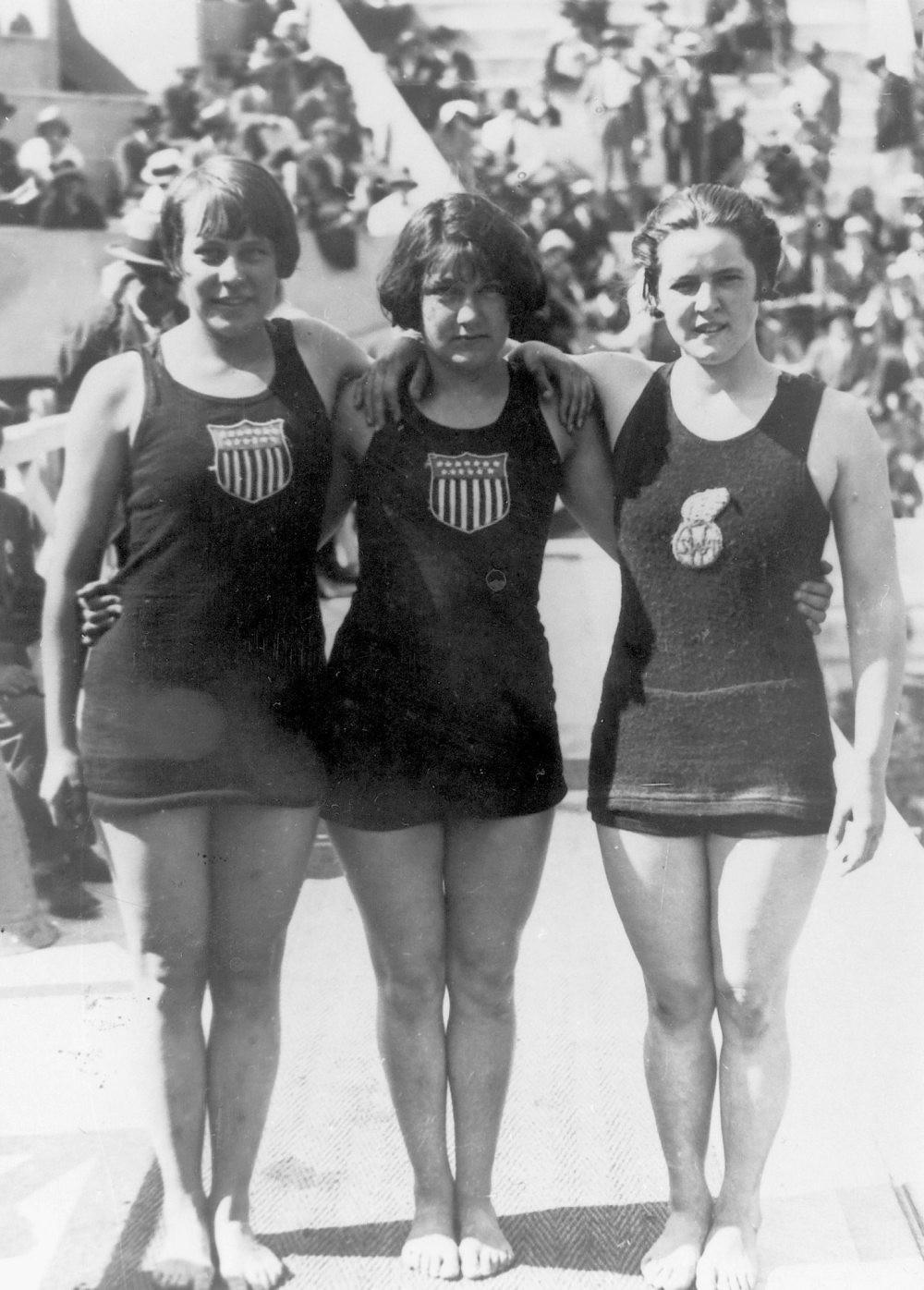 Đồ bơi tại Olympic từng may bằng vải xuyên thấu, trở nên trong suốt dưới nước - 3