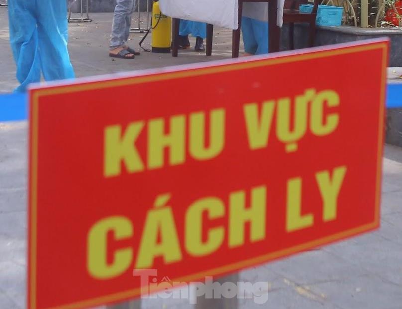 Phong toả tạm thời khu vực có 20 ca nghi mắc COVID-19 mới ở Hà Nội - 1