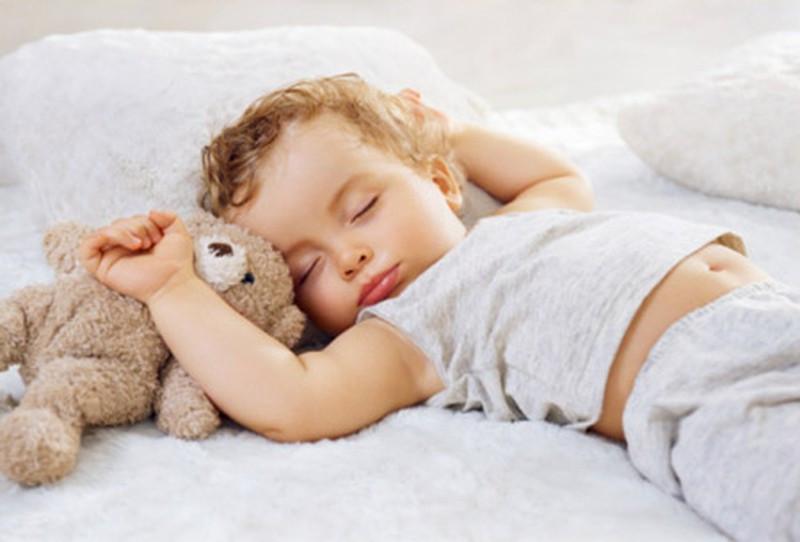 Hành động này của trẻ khi ngủ khiến mẹ phiền lòng nhưng thực chất lại báo hiệu trẻ có IQ cao, cha mẹ thường bỏ qua mà không hề hay biết-2