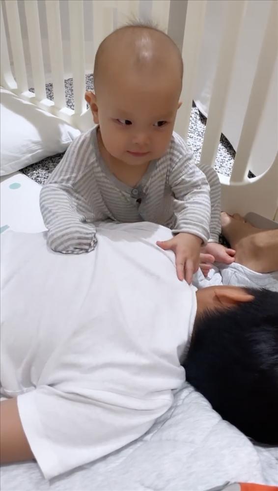 Tan chảy khoảnh khắc Subeo chơi đùa với 2 con riêng của Hà Hồ với Kim Lý-2