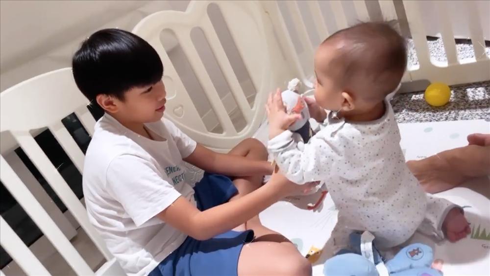 Tan chảy khoảnh khắc Subeo chơi đùa với 2 con riêng của Hà Hồ với Kim Lý-4