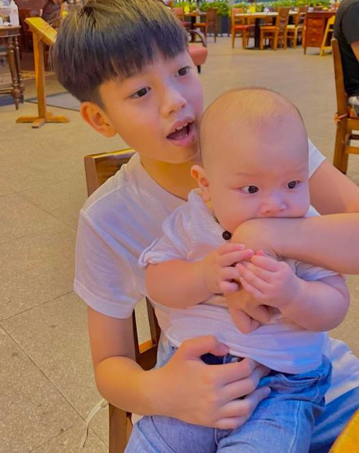 Tan chảy khoảnh khắc Subeo chơi đùa với 2 con riêng của Hà Hồ với Kim Lý-10