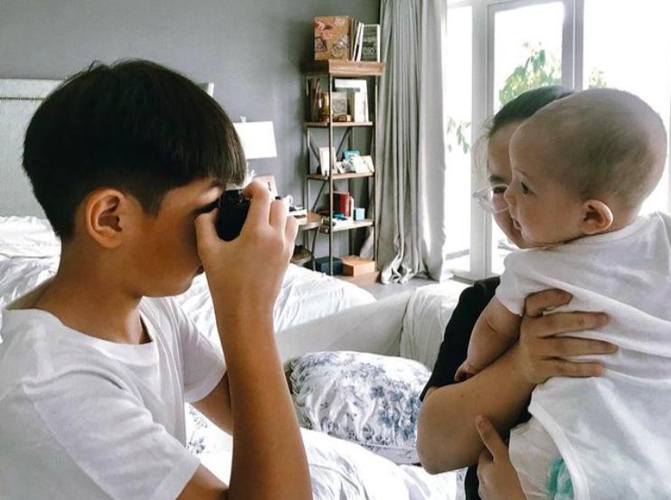 Tan chảy khoảnh khắc Subeo chơi đùa với 2 con riêng của Hà Hồ với Kim Lý-11