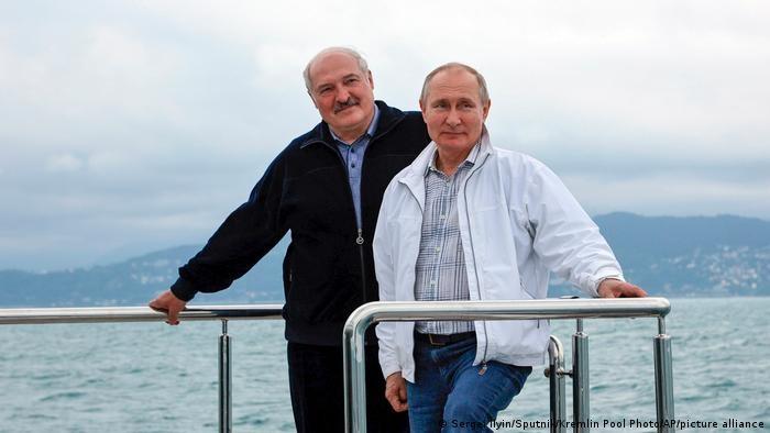 Tổng thống Nga Putin và người đồng cấp Belarus Lukashenko trên du thuyền tại khu nghỉ dưỡng Sochi, bên bờ Biển Đen. (Nguồn: Sputnik)