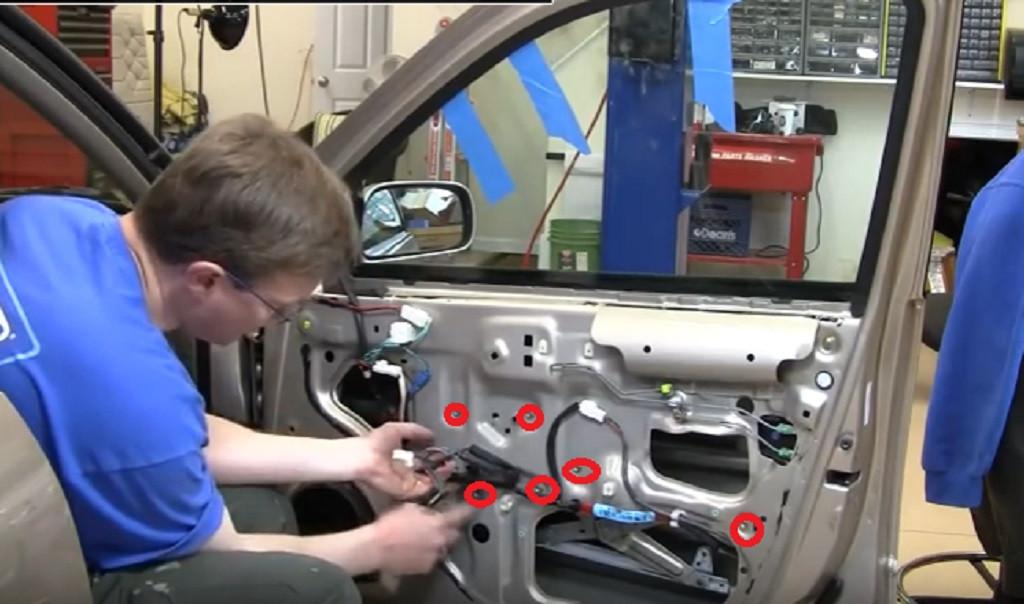 kính xe ô tô bị kẹt