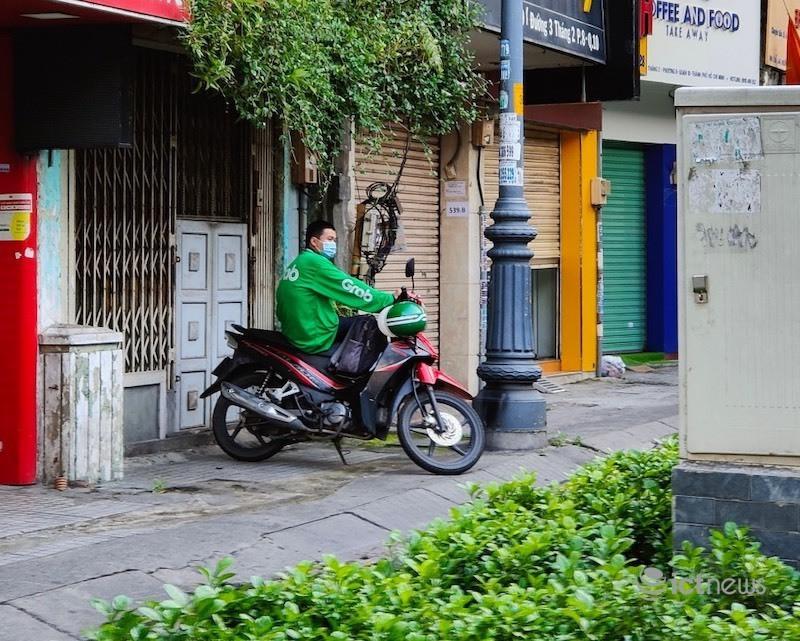 Shipper Sài Gòn vượt khó mưu sinh mùa dịch